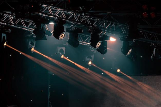 Rayons lumineux de l'éclairage de concert sur un fond sombre Photo Premium