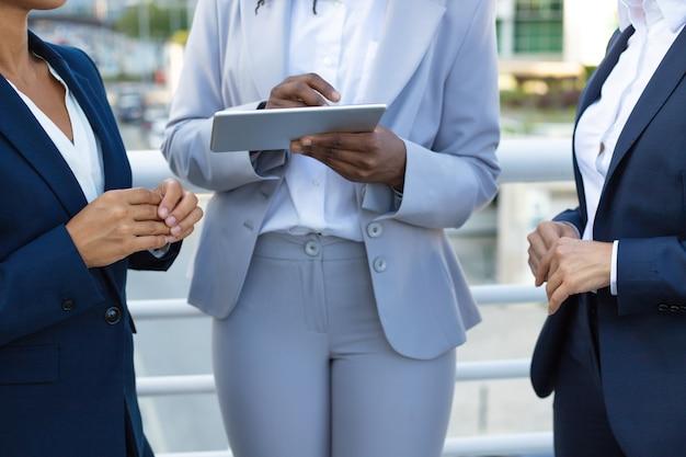 Recadrage de femmes d'affaires avec une tablette Photo gratuit