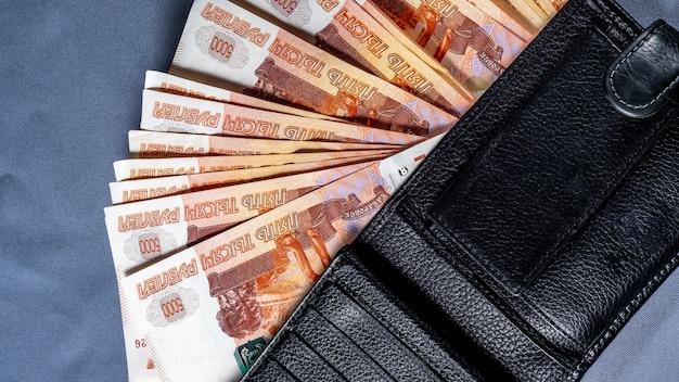 Réception de l'argent, paiement pour les services publics Photo Premium