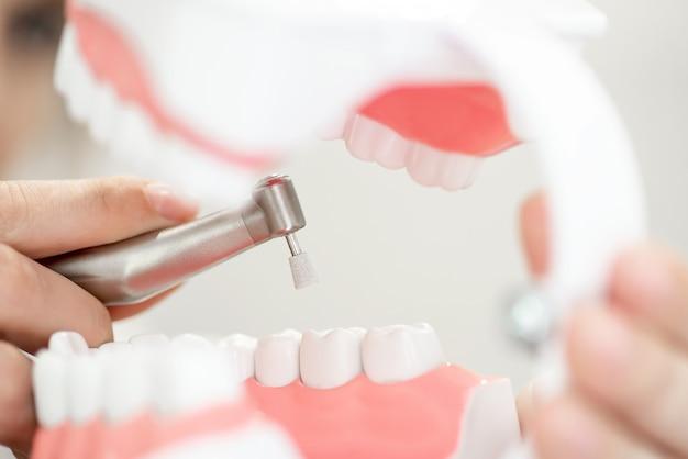 Une Réception Chez Le Dentiste, Nettoyage De L'émail Des Dents Photo Premium