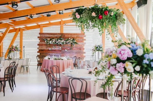 Réception de mariage décorée de fleurs Photo Premium