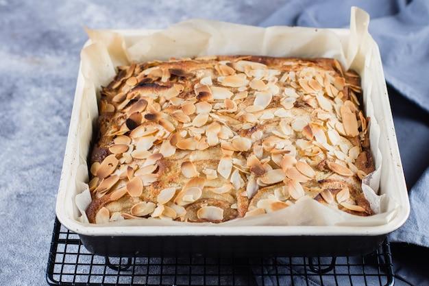 Recette étape par étape. tartes faites maison avec des pommes et des flocons d'amandes. tarte biscuit norvégienne Photo Premium