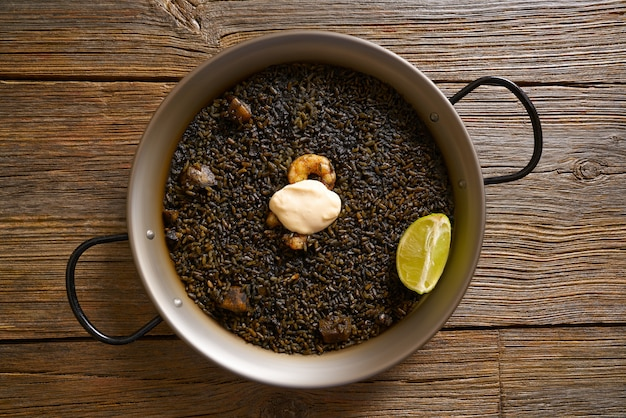 Recette de paella de riz noir pour deux d'espagne Photo Premium