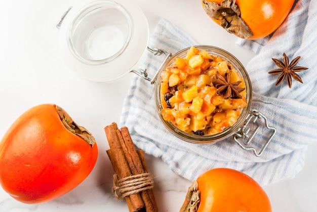 Recettes de cuisine indienne traditionnelle, chutney aux fruits de kaki Photo Premium