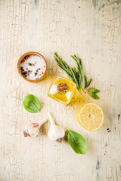 Recettes végétaliennes à la mode, pâtes au fromage avec courgettes au jaune d'oeuf avec du parmesan, de l'huile d'olive et des feuilles de basilic, table en béton clair Photo Premium