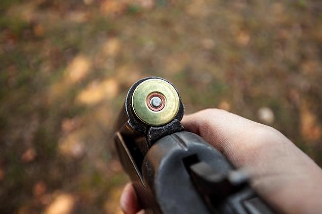 Rechargement en gros plan d'un fusil de chasse Photo Premium