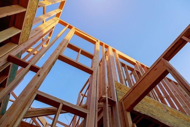 Recherche d'une nouvelle construction sous un ciel bleu et ensoleillé Photo Premium