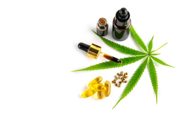 Récipient D'huile Essentielle De Cannabis Avec Des Feuilles Et Des Graines De Cannabis Photo Premium