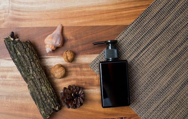 Récipients de bouteille de cosmétiques naturels sur fond de bois, bouteille vide, produit de soin de beauté naturelle, Photo Premium