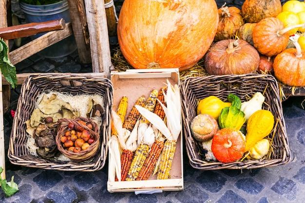 Récolte D'automne. Marché Nature Morte. Légumes Dans Des Paniers Rustiques Photo Premium
