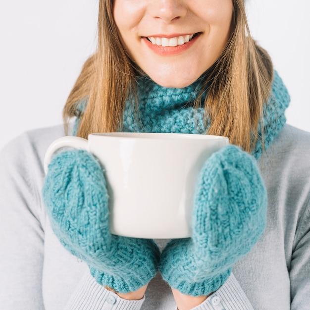Récolte femme avec boisson chaude Photo gratuit