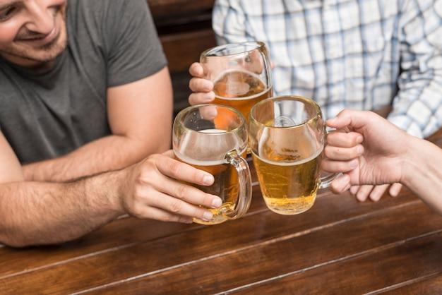 Récolter des hommes dans un pub Photo gratuit