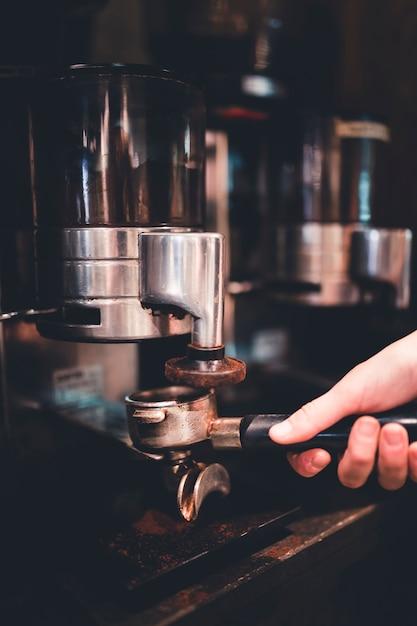 Recouvrir le portafiltre avec du café Photo gratuit