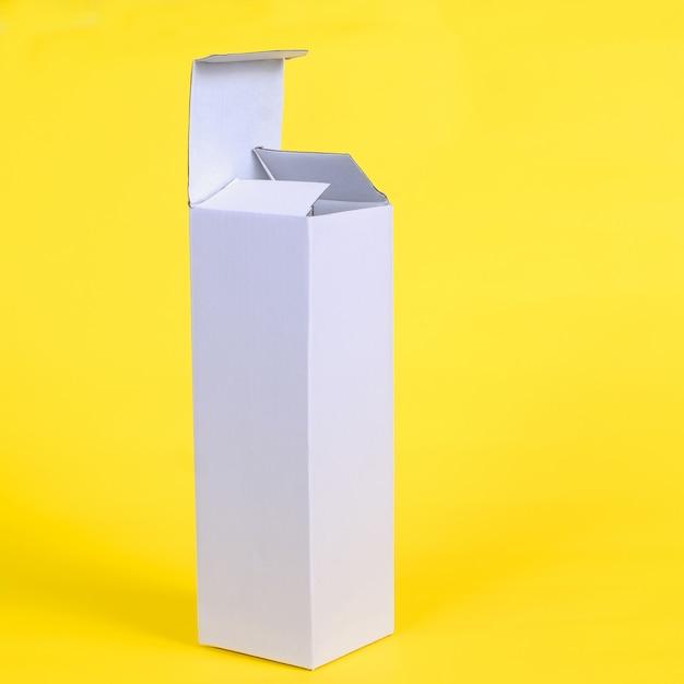 Recycler la boîte de rangement en carton blanc sur un fond de couleur Photo Premium