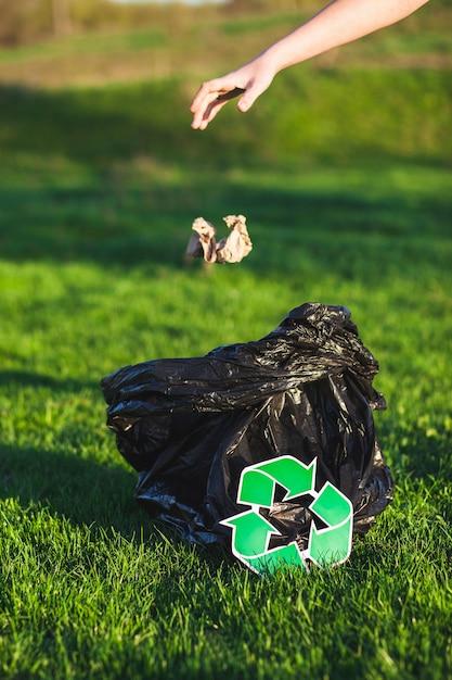 Recycler le concept avec une femme collecte des ordures Photo gratuit