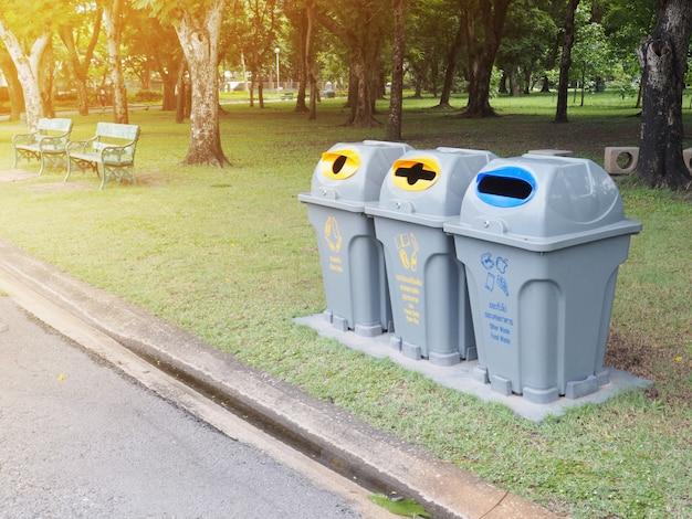 Recycler les poubelles dans le parc Photo Premium