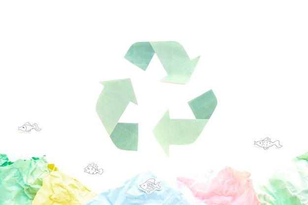 Recycler le symbole avec des papiers Photo gratuit