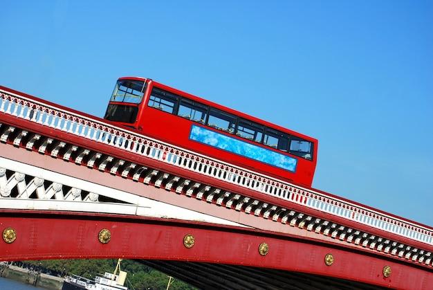 Red double decker bus sur le pont blackfriars à londres Photo gratuit