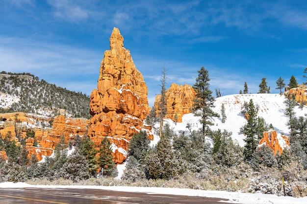 Red Rock Canyon Près De Bryce Canyon à L'heure D'hiver Avec De La Neige, Utah, Usa Photo Premium