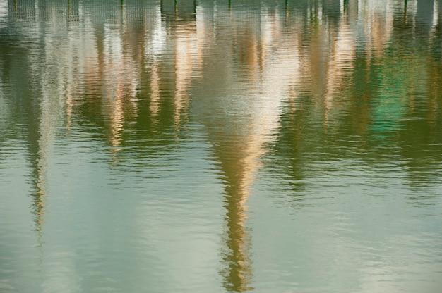 Réflexion du temple de wat chong kham sur l'eau, province de mae hong son, thaïlande Photo Premium