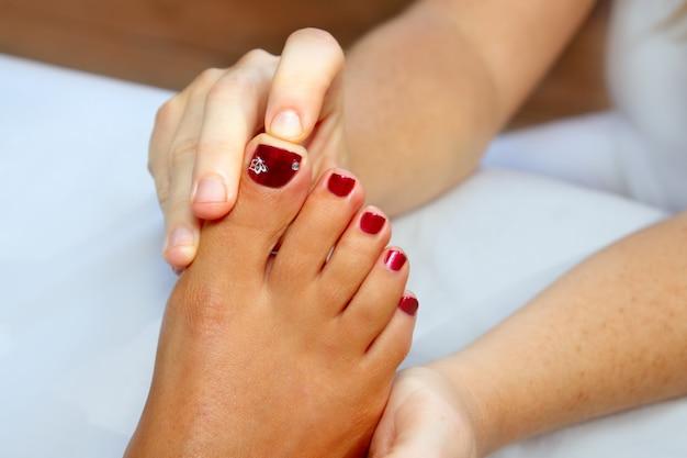 Réflexologie massage femme pieds thérapie Photo Premium