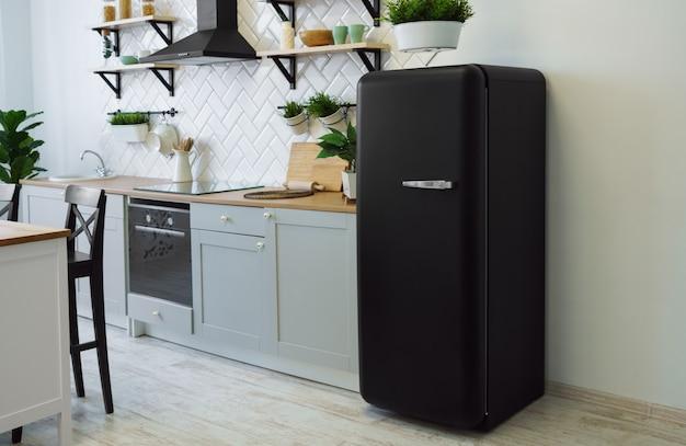 Réfrigérateur Style Rétro Noir Dans Une Cuisine En Bois Grise Photo Premium
