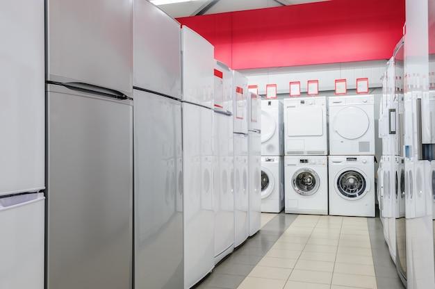 Réfrigérateurs et machines à laver dans le magasin d'appareils Photo Premium