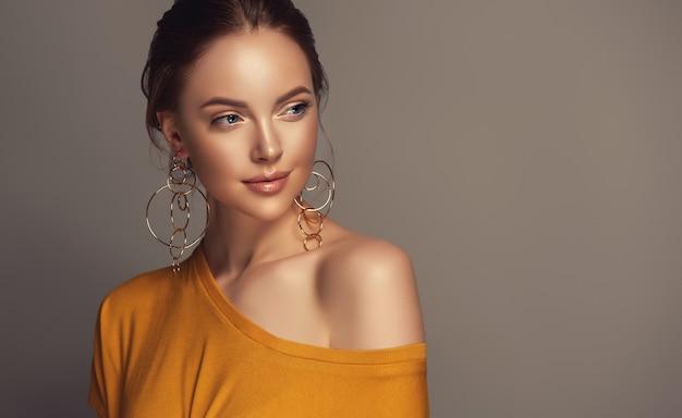 Regard Brumeux Et Sourire Tendre Sur Le Visage De Jolie Femme. Photo Premium