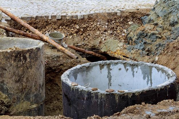 Regard d'égout non sécurisé ouvert dans la rue Photo Premium