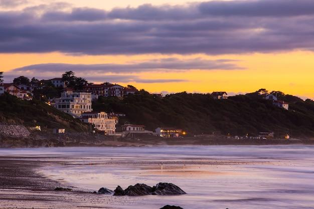 Regard Loin De La Ville De Getaria (guethary) Au Bord De La Mer, Au Pays Basque. Photo Premium