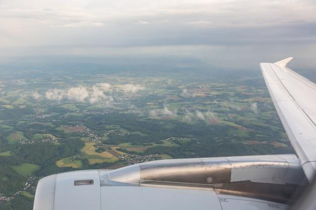Regardant par la fenêtre de l'avion Photo Premium