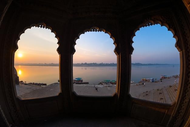 Regardant à travers une arcade depuis le majestueux palais de maheshwar, madhya pradesh, inde. Photo Premium