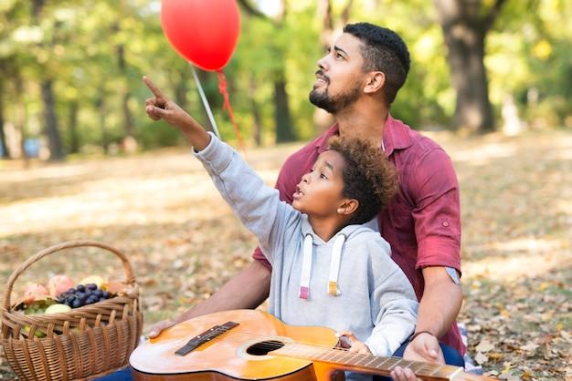 Regarde Papa, Il Y A Un Tamia Sur L'arbre Photo gratuit