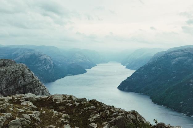 Regardez par le haut au soleil qui brille sur le fjord Photo gratuit