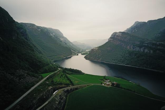 Regardez par le haut dans la rivière traversant les fjords Photo gratuit