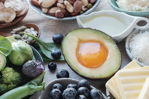 Régime cétogène, faible teneur en glucides, en gras et en nourriture saine Photo Premium