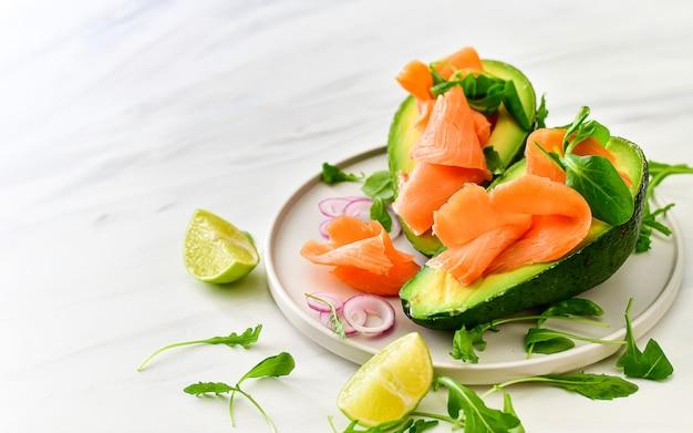 Régime cétogène, salade d'avocat au saumon et à l'avocat, à la roquette et au citron vert. nourriture céto Photo Premium