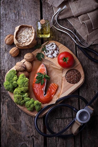 Régime de cholestérol, nourriture saine pour le coeur. mise au point sélective Photo Premium