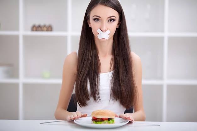 Régime. femme refuse de manger de la malbouffe. une alimentation saine et un concept de mode de vie actif Photo Premium