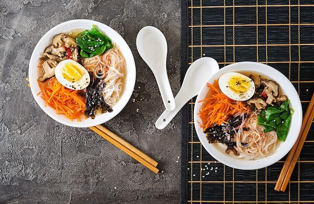 Régime Végétarien Bol De Soupe Aux Nouilles De Champignons Shiitake, Carotte Et œufs Durs. Nourriture Japonaise. Vue De Dessus. Mise à Plat Photo Premium