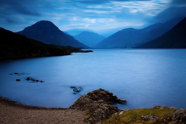 Le lac de Pré-au-lard Region-lacs-anglais-cumbria-nuage-angleterre-europe_121-71646