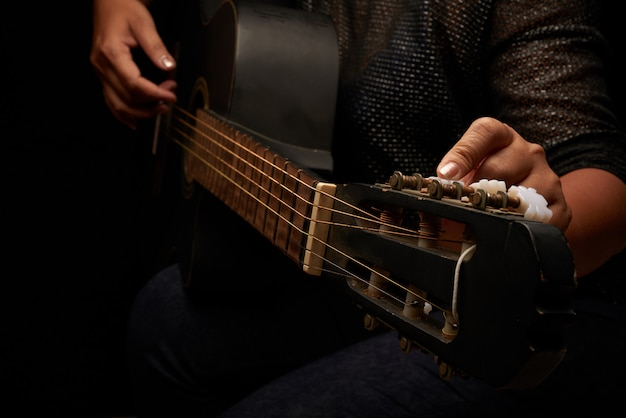 Réglage des cordes de guitare Photo gratuit