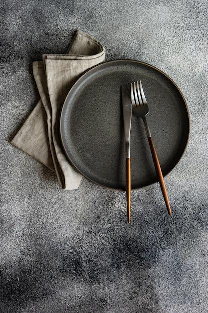 Réglage de la table avec des assiettes vides Photo Premium