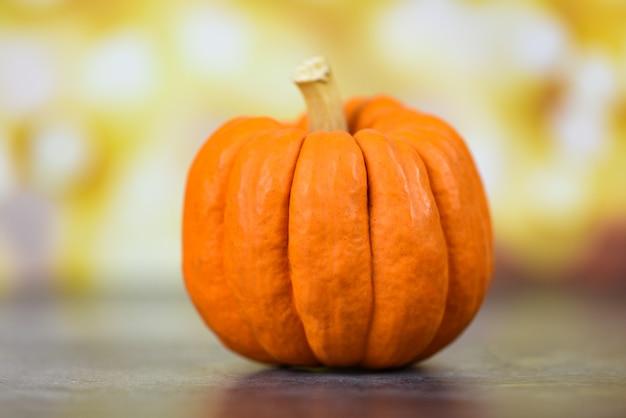 Réglage de la table automne avec vacances citrouilles - fond de thanksgiving décoration bokeh de fête ou d'halloween Photo Premium