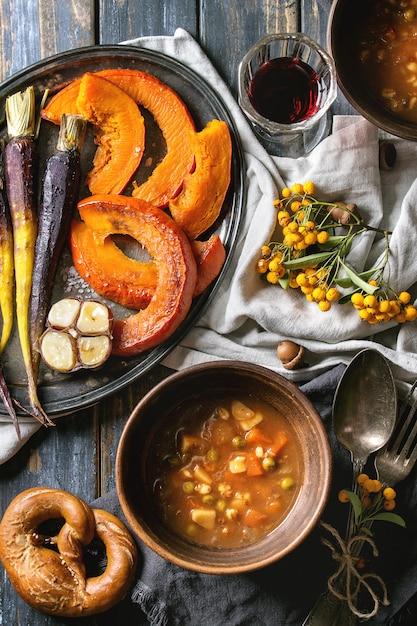 Réglage De La Table Avec Des Bols à Soupe Photo Premium