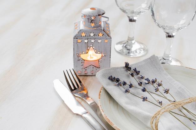 Réglage de la table de fête avec des bougies et de la lavande. Photo Premium