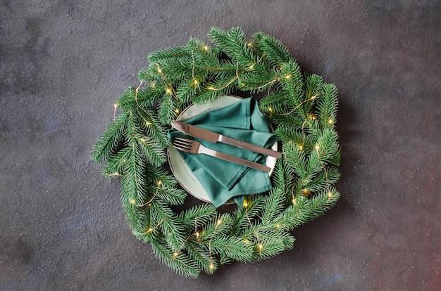 Réglage de la table de fête avec des décorations de noël sous la forme d'une guirlande de noël. Photo Premium