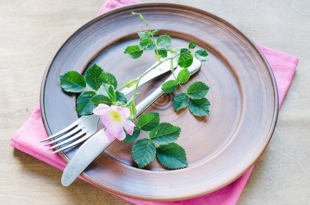 Réglage de la table de fête avec des fleurs roses. Photo Premium