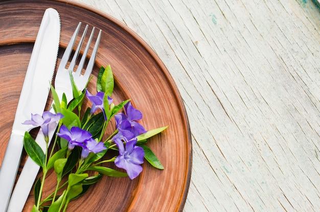 Réglage de la table de fête avec des fleurs violettes. Photo Premium