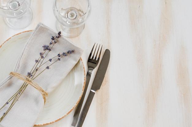 Réglage de la table de fête à la lavande. Photo Premium